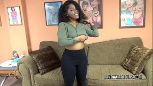 imagen Curvy cutie Layla Finesse is on her knees and sucking dick