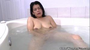 imagen Latina milf Anabella needs a relaxing bath