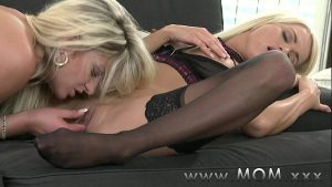 imagen MOM Lesbian MILFs Kissing and Eating Pussy