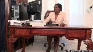 imagen Office grannies Amanda and Penny strip off and play